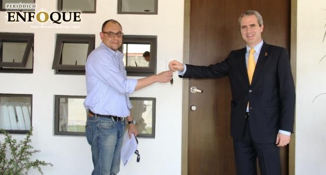 Entrega rector de la UPAEP premios del Sorteo Águilas 2015. Foto de Carlos Muñoz.